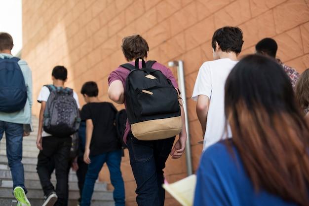 Groep studenten die in de school lopen