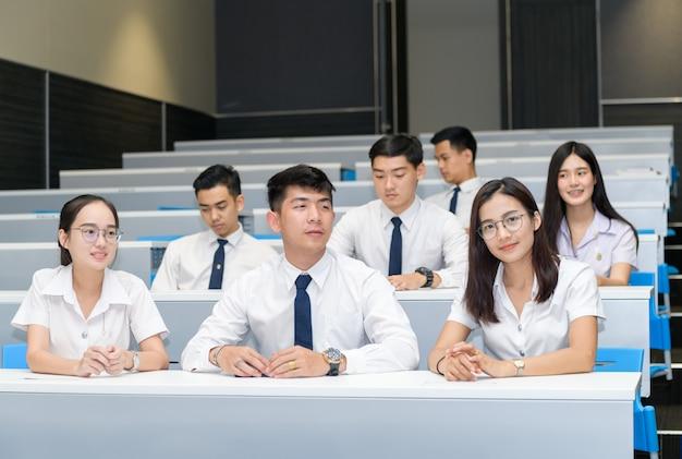 Groep studenten die in klaslokaal leren