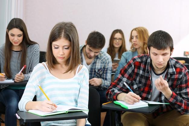 Groep studenten die in klaslokaal zitten
