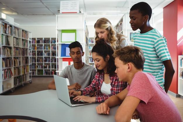 Groep studenten die laptop met behulp van