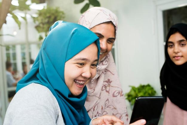Groep studenten die mobiele telefoon met behulp van