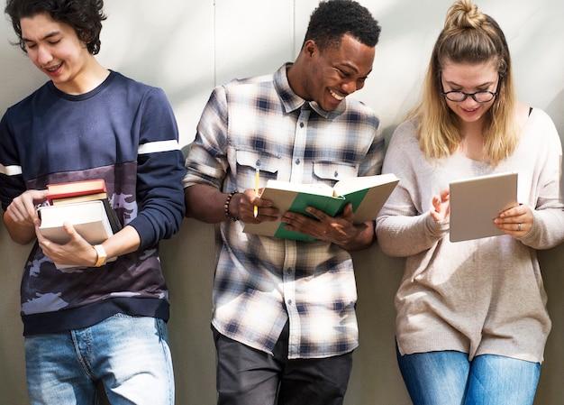 Groep studenten die samen bestuderen