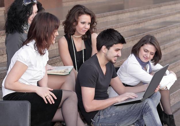 Groep studenten die zich voorbereiden op tests met behulp van laptop