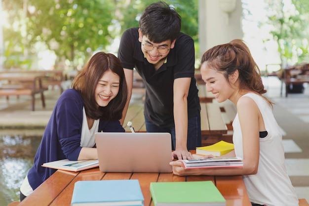 Groep studenten doen groepsrapport op school.