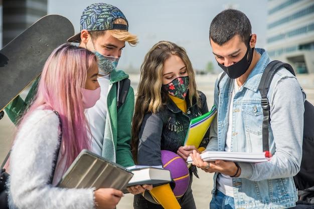 Groep studenten hecht zich tijdens coronavirus-pandemie