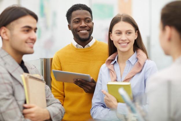 Groep studenten in college