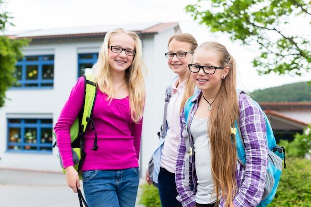 Groep studenten in reces die zich op school bevinden