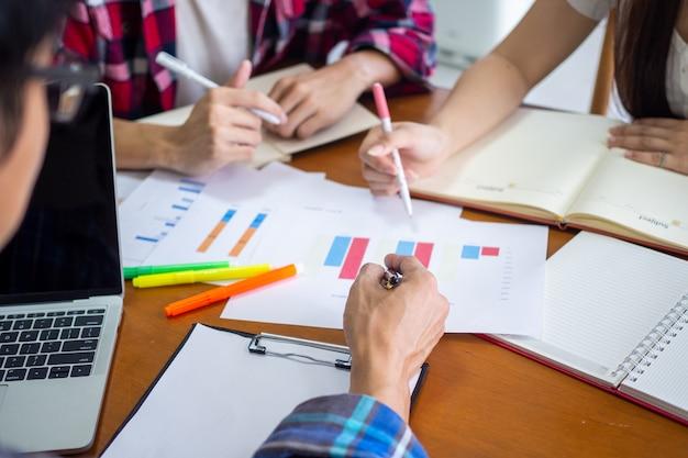 Groep studenten leren en bestuderen statistische gegevens in de wiskunde in het universitaire klaslokaal