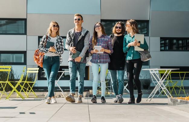 Groep studenten lopen