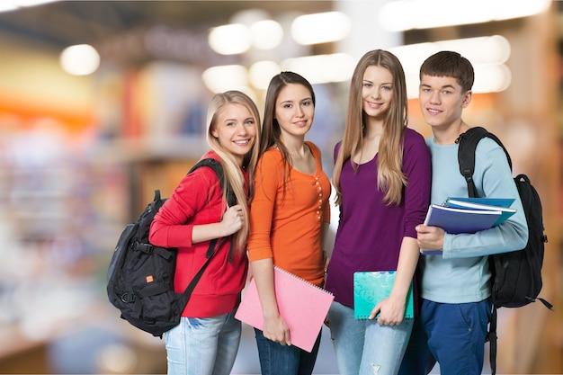 Groep studenten met boeken geïsoleerd op background