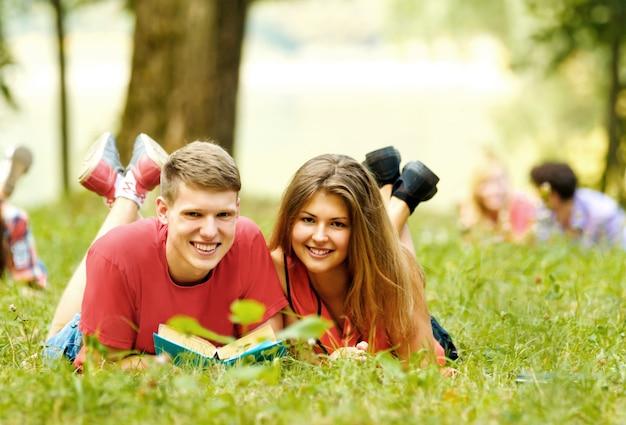 Groep studenten met boeken in het park op een zonnige dag