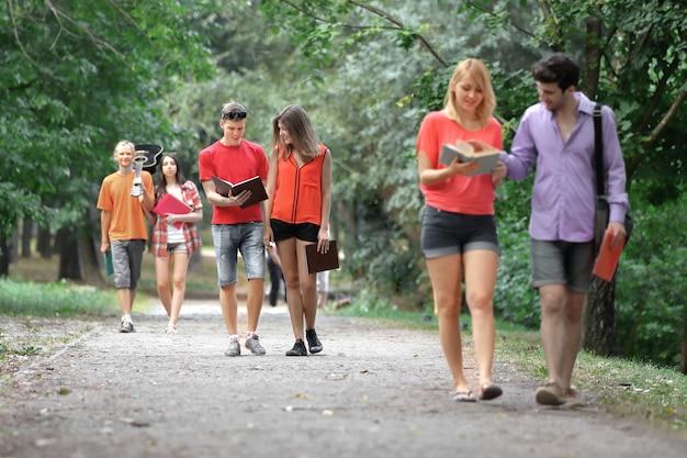 Groep studenten op een wandeling in het park