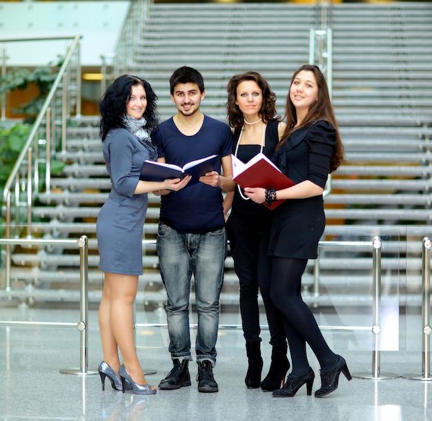 Groep studenten praten en notitieboekjes vasthouden
