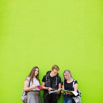 Groep studenten samenwerken
