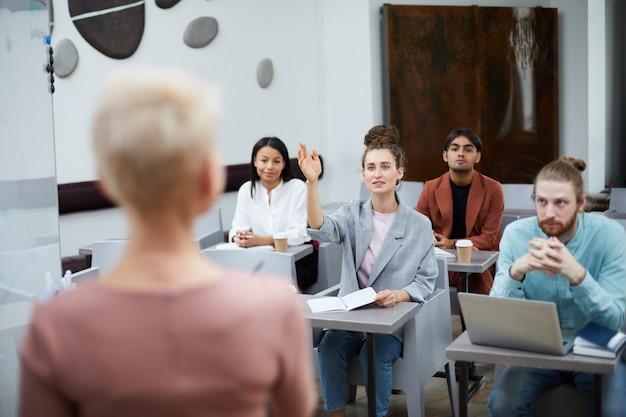 Groep studenten vragen stellen