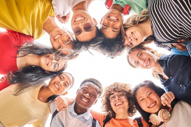 Groep studenten zijn samen gelukkig en lachend naar de camera kijken