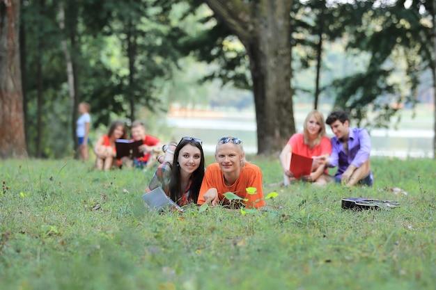 Groep studentenparen die zich voorbereiden op examens in het stadspark.