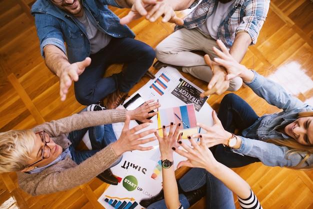 Groep succesvolle en positieve ontwerpers die elkaar steunen.