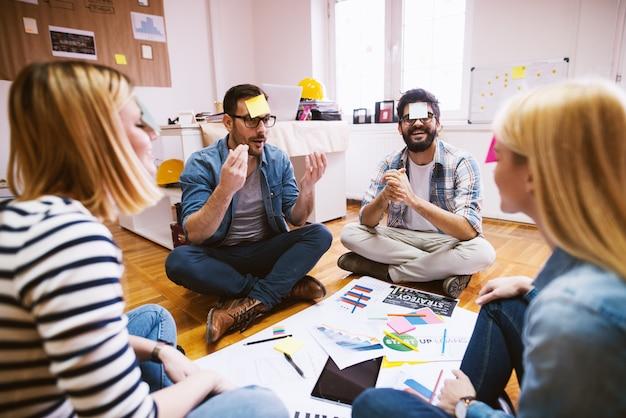 Groep succesvolle ontwerpers met teambuilding sessie.
