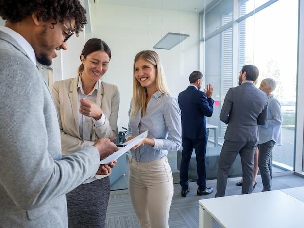 Groep succesvolle zakenmensen die op kantoor werken.