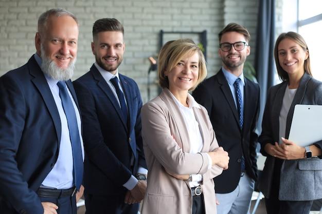 Groep succesvolle zakenmensen op de achtergrond van het kantoor.