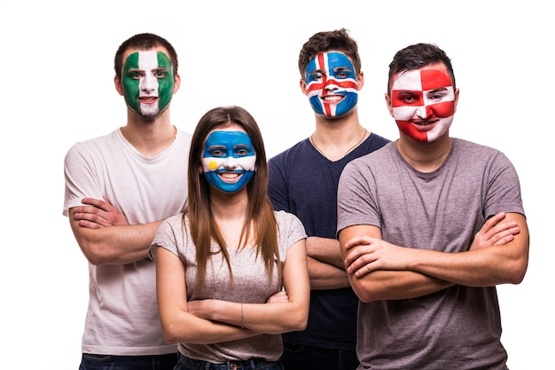 Groep supporter van argentinië, kroatië, ijsland, nigeria nationale teams fans met geschilderd gezicht geïsoleerd op een witte achtergrond