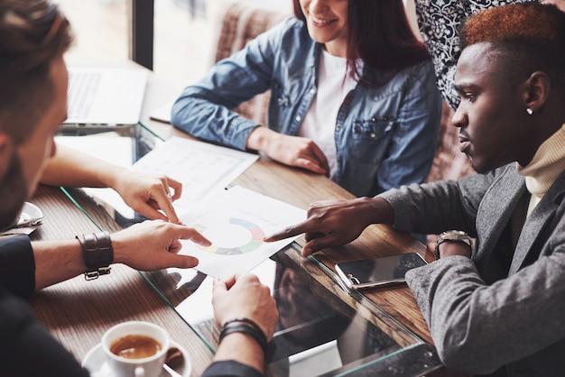 Groep terloops geklede zakenmensen die ideeën bespreken