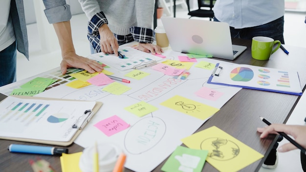 Groep terloops gekleed bedrijfsmensen die ideeën in het bureau bespreken.