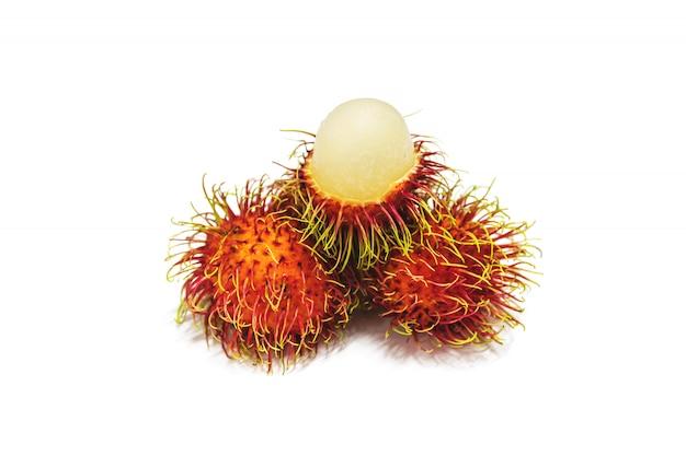 Groep thaise vruchten rambutan die op wit wordt geïsoleerd