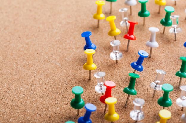 Groep thumbtacks vastgemaakt op prikbord