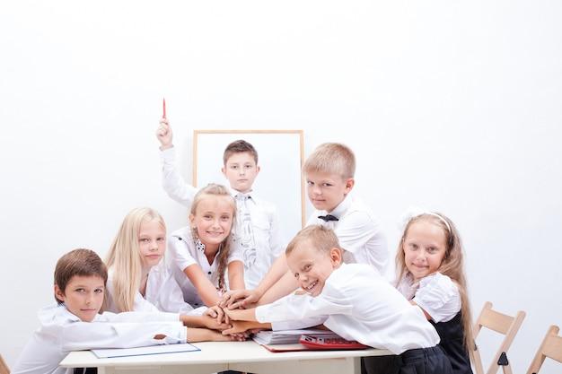 Groep tiener leerlingen. ze houden hun handen bij elkaar