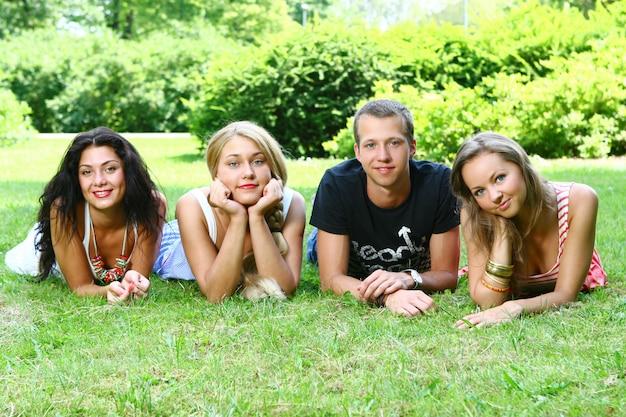 Groep tienerjongens en meisjes