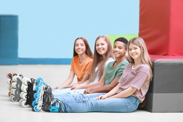 Groep tieners die rolschaatsen binnenshuis dragen