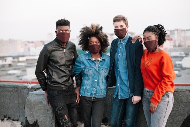Groep tieners die samen in openlucht stellen