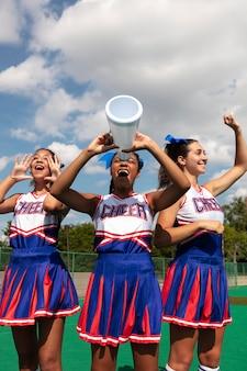 Groep tieners in cheerleaderuniformen