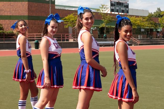 Groep tieners in schattig cheerleader-uniform