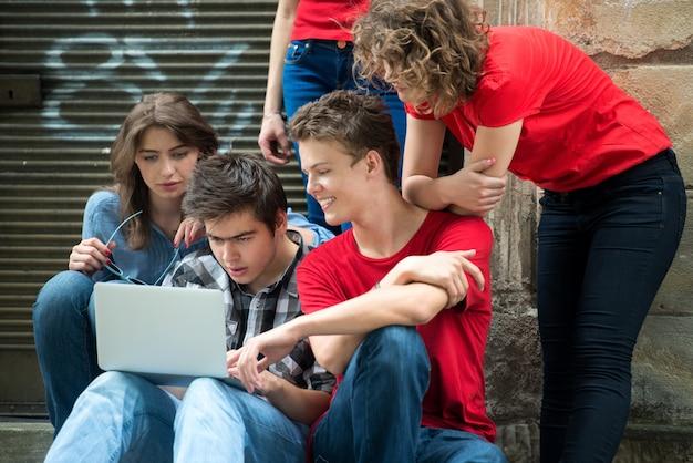 Groep tieners met laptop