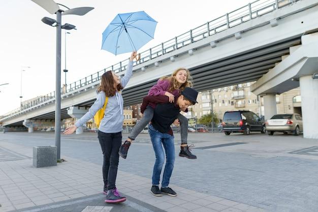 Groep tieners plezier in de stad