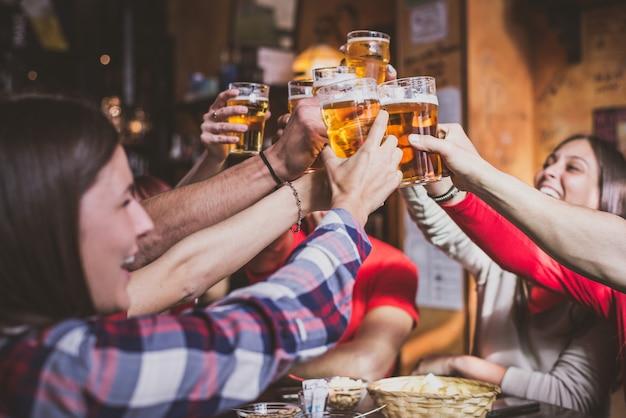 Groep tieners plezier in een pub