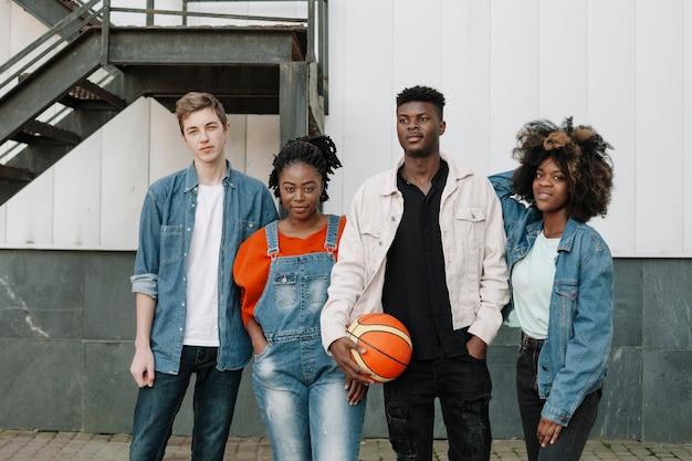Groep tieners samen poseren