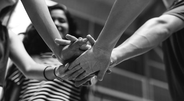 Groep tienervrienden op een basketbalhofgroepswerk en saamhorigheidsconcept