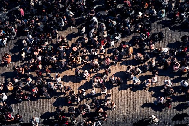 Groep toeristen bij oud tow square. praag