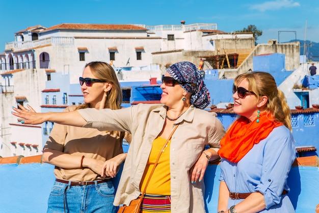 Groep toeristen in de beroemde blauwe stad.