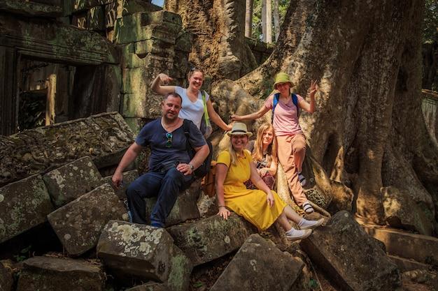 Groep toeristen in de ruïnes van de tempel ta prohm.