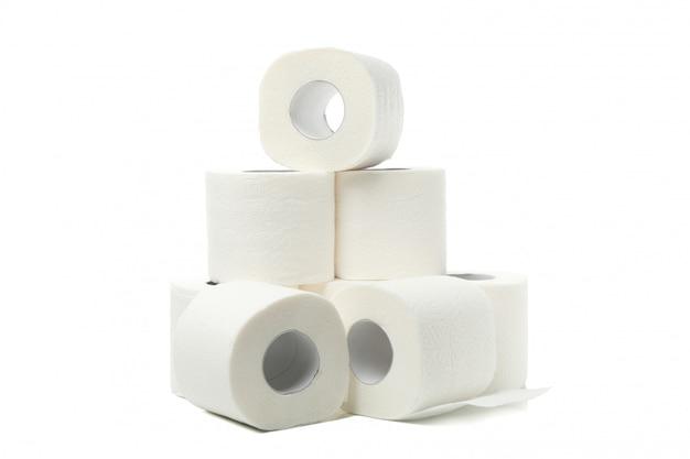 Groep toiletpapier dat op wit wordt geïsoleerd