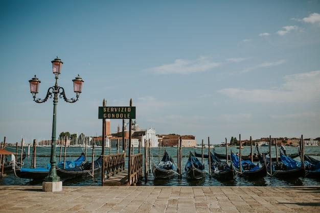 Groep traditionele boten van de gondeldienst in venetië, italië