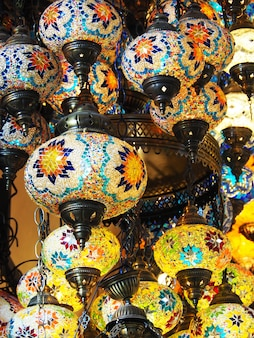 Groep turkse mozaïeklampen gemaakt van kleurrijke glasmozaïeken.