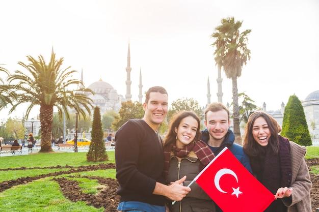 Groep turkse vrienden in istanbul