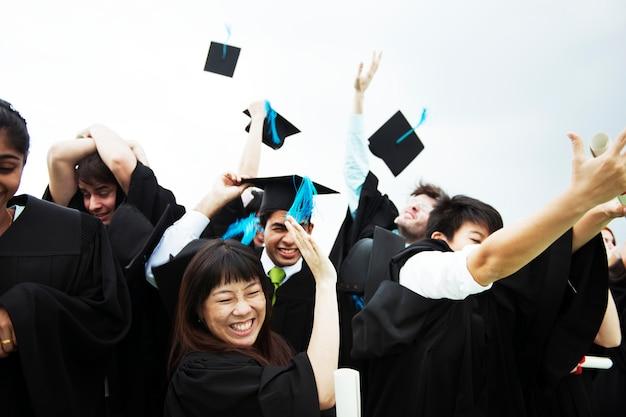 Groep uiteenlopende afstuderende studenten