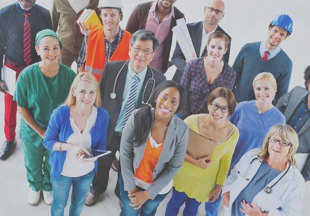 Groep uiteenlopende beroepsmensen